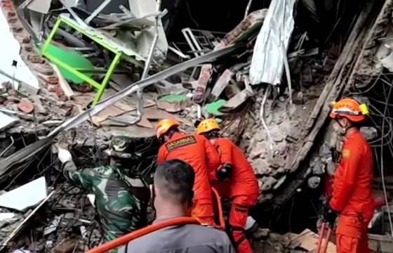 Индонезид 6.2 магнитуд хүчтэй газар хөдөлж, 67 хүн амиа алджээ
