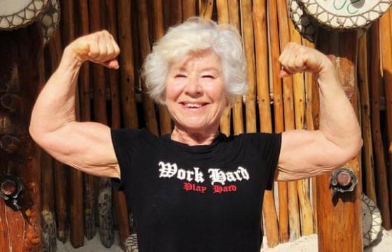 Хүндийг өргөлтийн спортоор хичээллэдэг 71 настай эмэгтэй