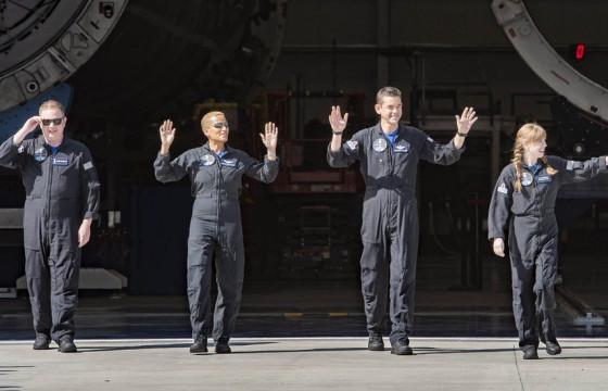 """""""SpaceX"""" анх удаа энгийн иргэдийг сансарт нисгэжээ"""