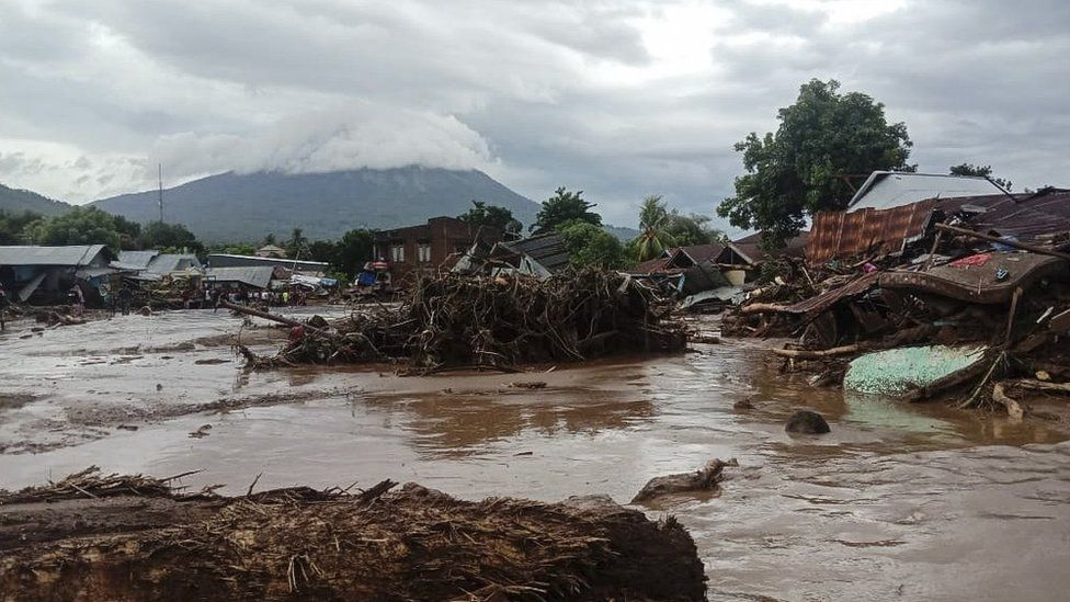 Индонезод болсон үерийн улмаас 50 гаруй хүн нас баржээ